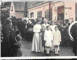 v.l: Ehrendame Tasch Margarethe, Spritzenpatin Medwenitsch Juliane, Ehrendame Koch Elfriede, Mädchen v.l: Medwenitsch Rosa, Huemayer Ilona