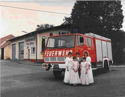 v.l: Ehrendame Steininger Claudia, Fahrzeugpatin Putz Maria, Ehrendame Medwenitsch Elisabeth Mädchen v.l: Zierfuß Cornelia, Kraus Martina
