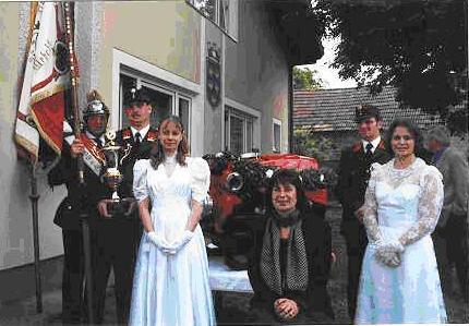 Von links:  Fahnenträger Kaas Karl, mit Pokal Kaas Franz, Ehrendame Medwenitsch Doris Patin Winter Hildegard,  Kdt. Zierfuß Gerhard, Ehrendame Spieß Melanie